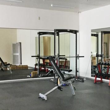M樣 トレーニングジムの壁に貼る鏡