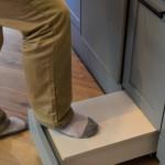 キッチン台の下段引き出しの一部は踏み台も兼用。子どもが乗るのにピッタリだ。