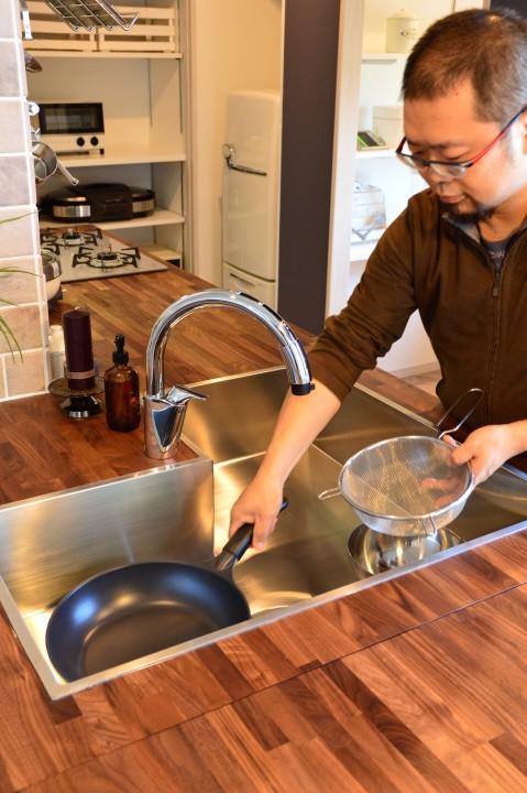 フライパンを奧に置いて、手前でお皿を先に洗うなんてことも。