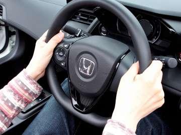 ペダルがかなり前方に配置されているので、膝を大きく曲げずに運転できます。ステアリングも小さめなので、足もとの窮屈さも感じません