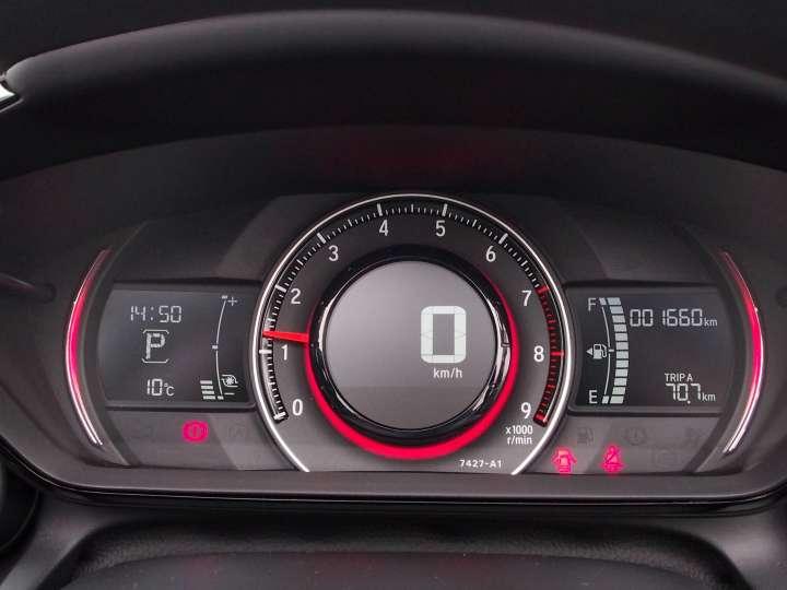 CVT車でPOWERスイッチをオンにするとメーター内が赤く点灯すると同時に瞬間燃費系がターボブーストメーターに変化します