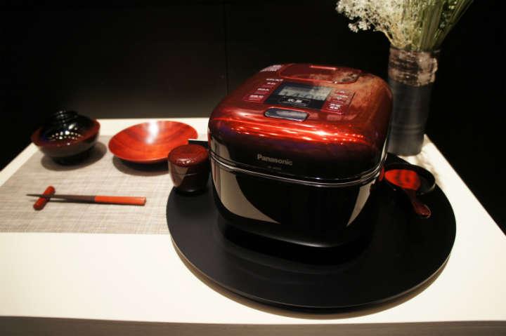 コンパクトさと味、デザイン性を追求した圧力IH炊飯器「可変圧力おどり炊き SR-JX055」(9月20日発売予定、予想実勢価格7万円)