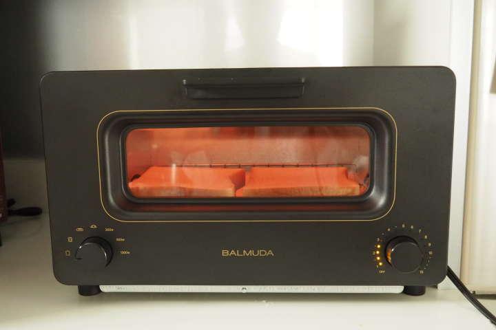 タイマーをひねると過熱がスタート。まずは投入した水が過熱され、スチームとなり庫内を覆います。その後、細かくヒーターが付いたり消えたりしながら庫内温度を管理。トーストをより美味しい状態に焼きあげて行きます。