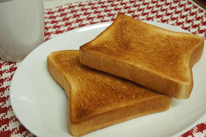 しっかりと焼き上がったトースト。一見するとやけすぎの用にも見えるが、中はふんわりした食感で水分をしっかりと湛えてる