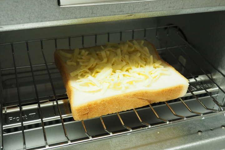 食パンの上にシュレッドチーズを乗せて。「BALMUDA The Toasterを手に入れたら、まず最初に、チーズトーストにハマることは間違いない。