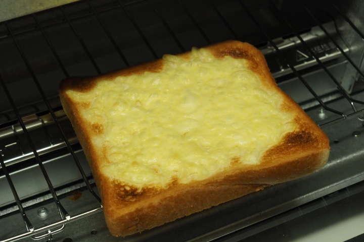 焼き上がったチーズトースト。動画で見せられないのが残念というぐらいにチーズが踊っている。
