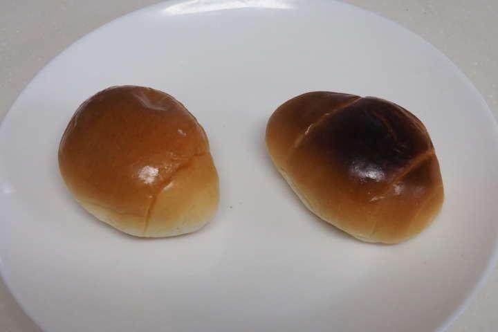 こちらはロールパンで他のトースターと同じ時間焼いてテストしたところ。右が一般的なオーブントースターで焼いたロールパン。明らかに上部が焦げているのがわかる。「BALMUDA The Toaster」で焼いた方は焦げていないが中までしっかり温かい。