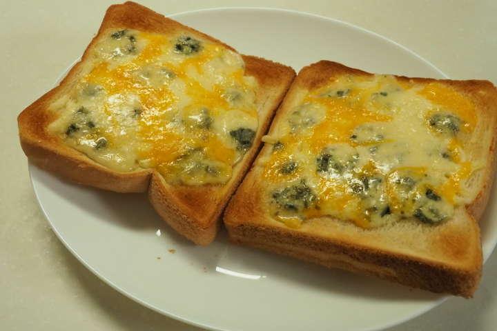 何種類ものチーズを載せた焼いたチーズトースト。もう至福の逸品です。