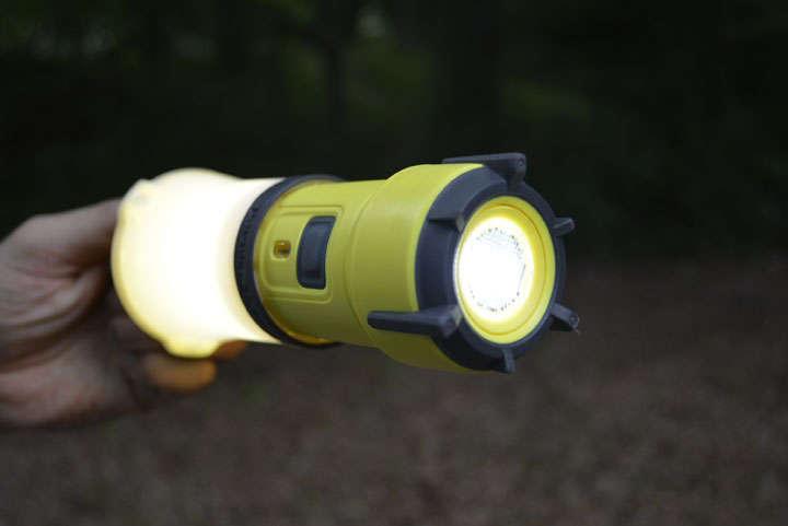 ランタンとフラッシュライトを両方点灯させることも可能。テント内で上から吊るし、全体を照らしつつ手元で地図を確認といったこともできる