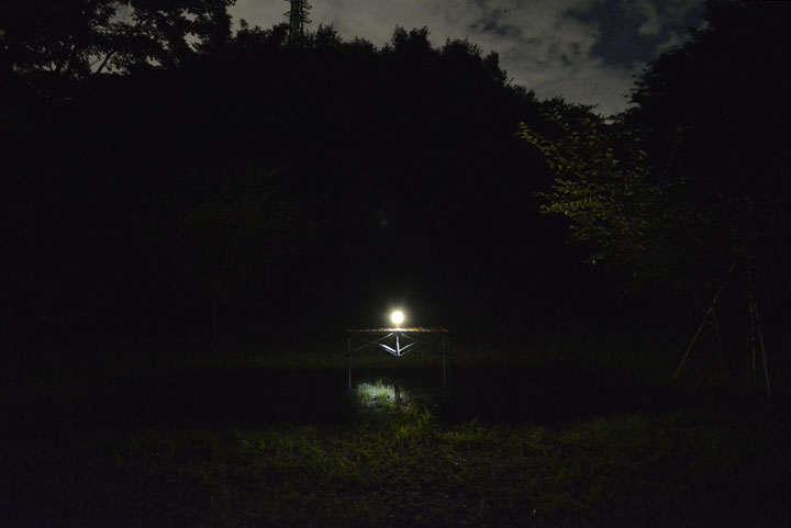 複数人のキャンプサイトを照らすようなタイプではないが、自分の手の届く範囲を照らす分には必要十分だ
