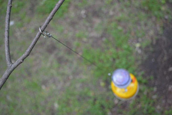 輪状になったワイヤーが本体に付いていて、手持ちの際はこれを持つ。さらにそのワイヤーに先端がフックになったサスペンダーが1本付いている。フックで木に引っ掛けたり、さらに輪状にしたりとさまざまな吊り下げ方ができる
