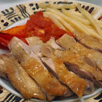 鶏肉をカットして副菜を添えた。20分ほど待つだけで立派なメインができた。