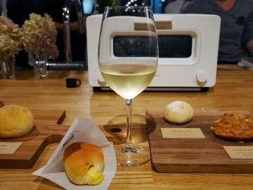 最高に美味しくリベイクしたパンとワインの組み合わせ。これも新しい大人のたしなみになりそうだ。