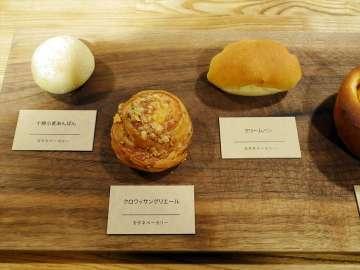 近年のベーカリーブームを牽引するカタネベーカリーの至福のパン。あんパンやクリームパンを温めるという新しい食べ方を教えてくれた。