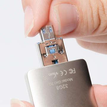 USBの中からmicroUSB端子が飛び出す構造
