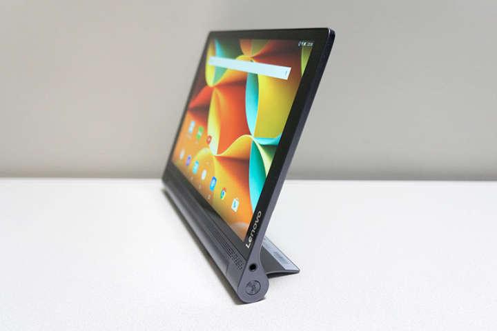 YOGA Tablet 3 Proの右側面にはプロジェクターの起動ボタンが備えられている