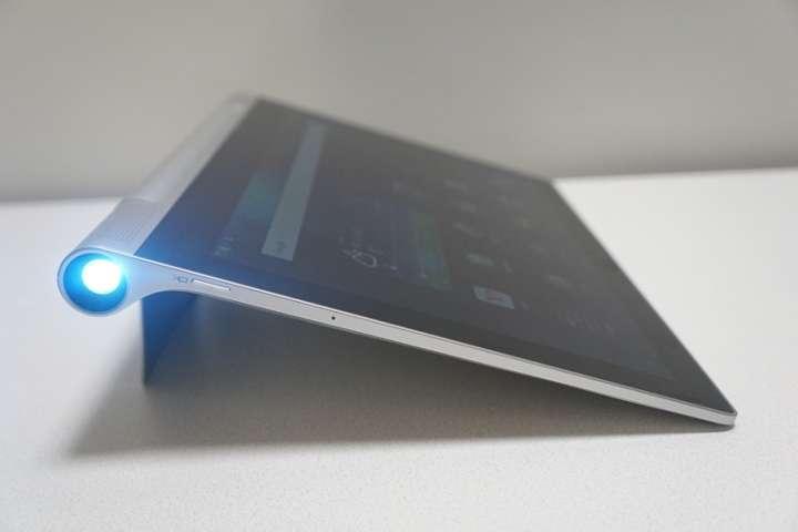 従来モデルのYOGA Tablet 2 Proは本体右側面にプロジェクターを内蔵している。水平に投写するためには、スタンドの角度を微調整しなければならない