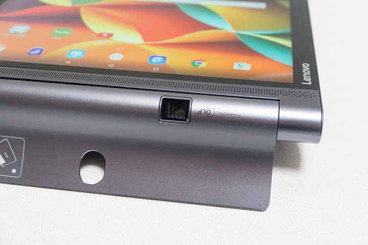 YOGA Tablet 3 Proは本体下部にプロジェクターを内蔵している