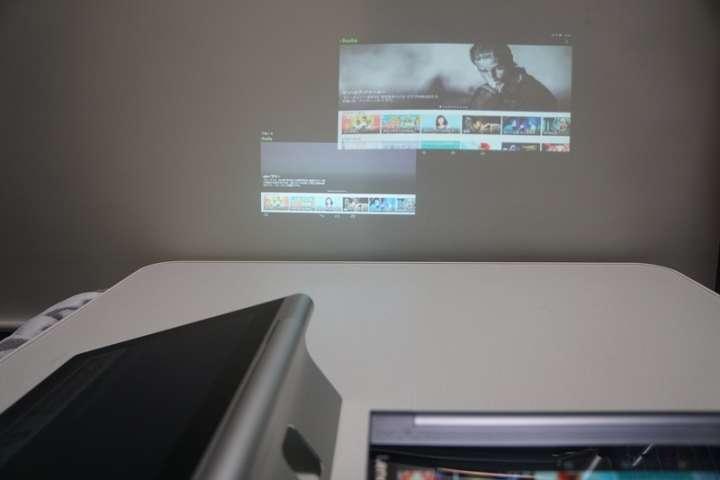 テーブルの端に寄せてYOGA Tablet 2 Pro(写真左)とYOGA Tablet 3 Pro(写真右)とで同時に投写したところ。距離が近いと、画面サイズにかなりの違いが出ることがわかる