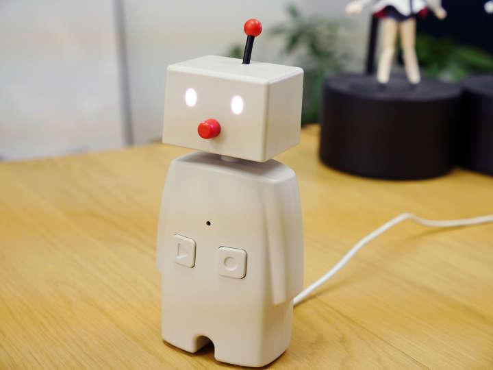 外出先からスマートフォンを使って、自宅に置いてある「BOCCO」にメッセージを送ることができるロボット。アプリに録音した音声と、テキストのメッセージを送ることができ、BOCCOがそのメッセージを可愛い仕草で読み上げてくれる。BOCCOからも音声で返事が送れるので、家に一人でいる子どもと簡単にコミュニケーションが取れる。