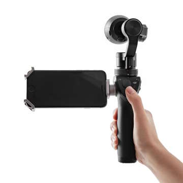 モニターは非搭載だが、iPhoneやAndroid端末を連携させることで、画角が確認できる。遠隔操作による撮影にも対応。そのほか解像度の変更など、各種設定をスマートフォンから行える。