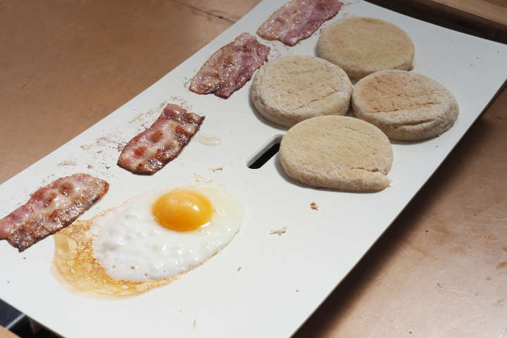マフィンやベーコンなどを並べて朝食の準備。他の調理器具を使わないのが便利。