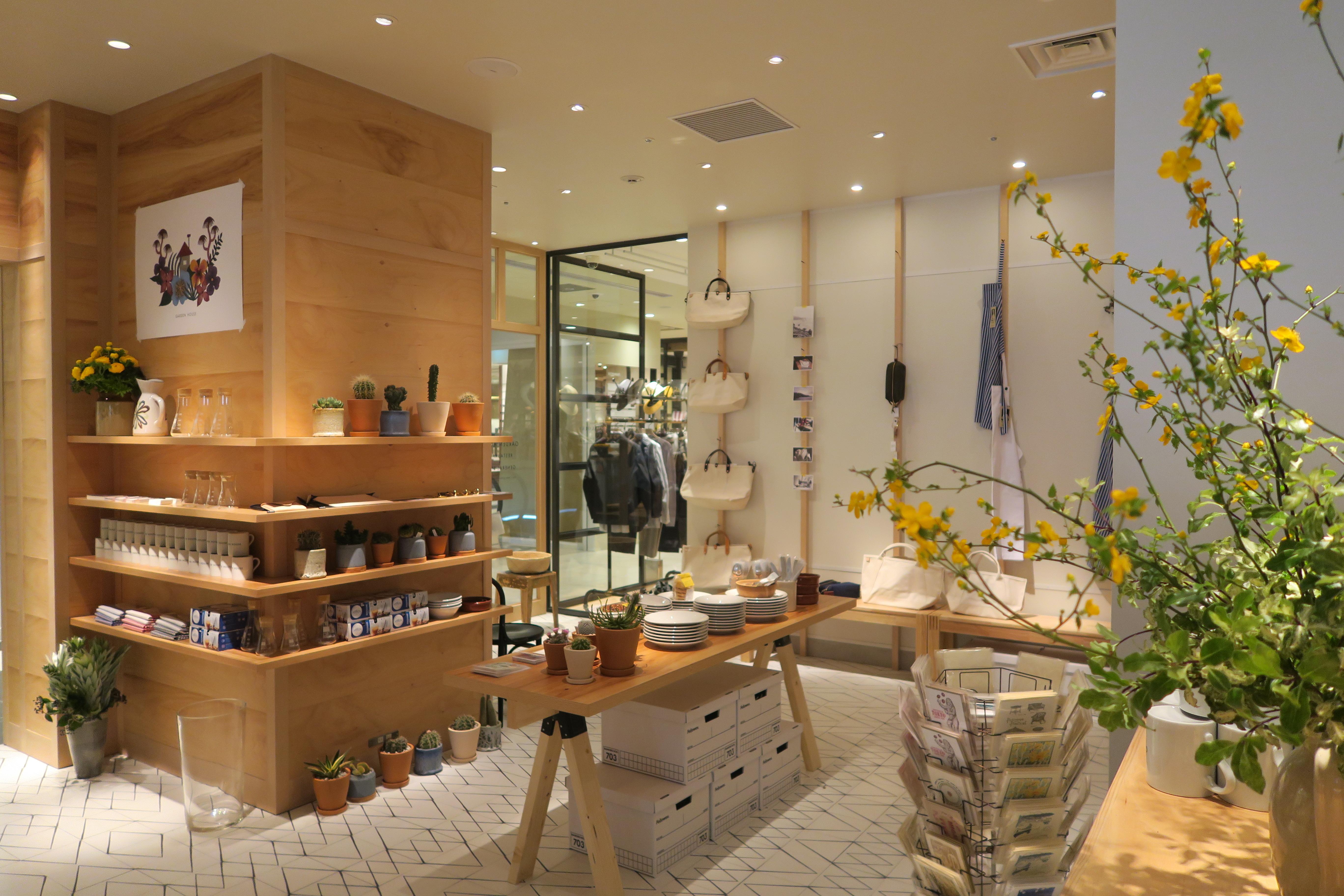 店内に踏み込むと、エントランスエリア(手前)には「GARDEN HOUSE」プロデュースのゼネラルストアを展開。レストランで実際に使用しているテーブルウエアや  ...