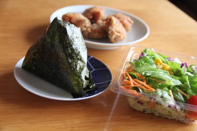 コンビニなら定番の「サラダチキン」と野菜の組み合わせを