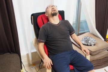 マッサージを堪能しているところ、背中や腰、肩にコリが貯まる著者にはたまらなかった。