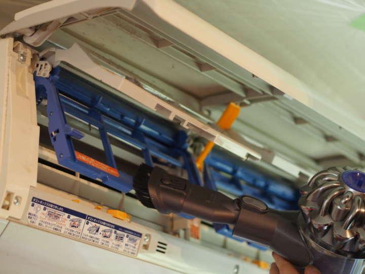 フィルターを外し、掃除機で中のホコリを吸い取る。ブラシのノズルがない掃除機ならば、ノズルだけ100均でも購入可