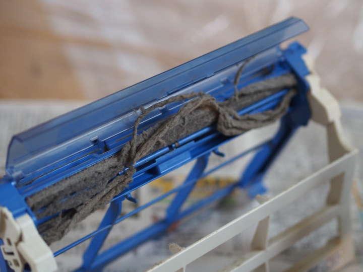 自動掃除機能付きエアコンは、内部にダストボックスが。恥ずかしながらその存在を知らず、ドレッドヘア状態のホコリがごっそりたまっていた
