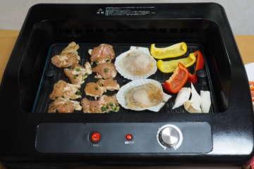 肉類や野菜などを並べたところ。一度に焼けるのは3〜4人分といったところ