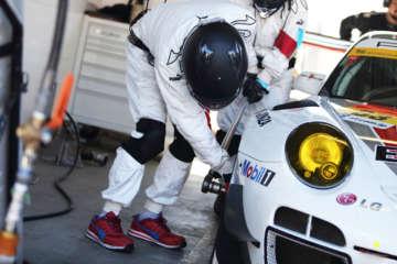 SUPER GT参戦チームのピットクルーの作業靴として採用されたり、ドイツでは世界基準の名だたる企業の工場で導入されたりしている