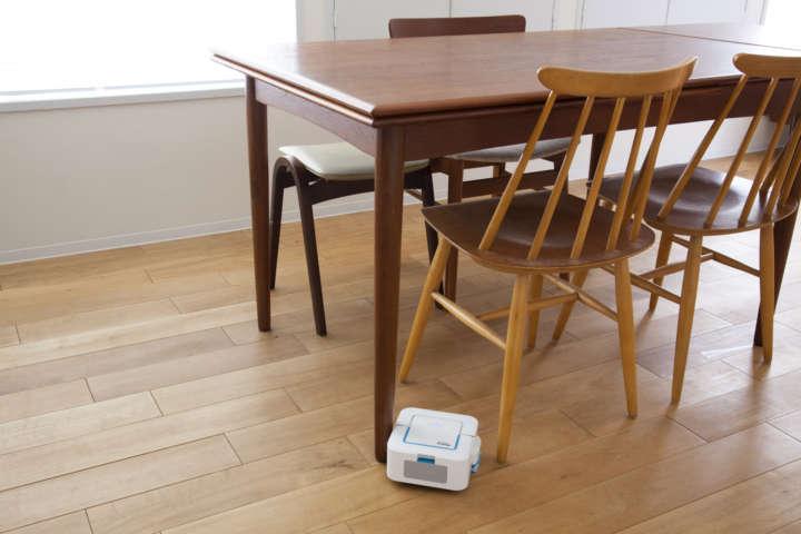 テーブルや椅子の脚のあいだ、狭い場所もスイスイ〜