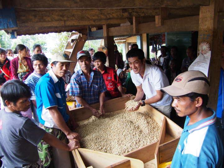 小さな村の集売所で、コーヒー豆の精選をしている日本人男性の姿を発見