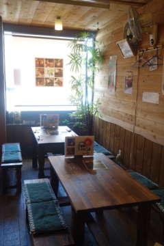 弘前市内、土手町のメイン通り沿いに店がある