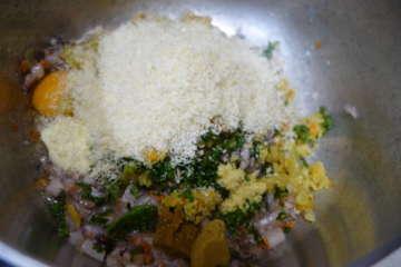 2.冷ました野菜と材料をよく混ぜ合わせる。手触りで固さを調整し、材料を足し引きする