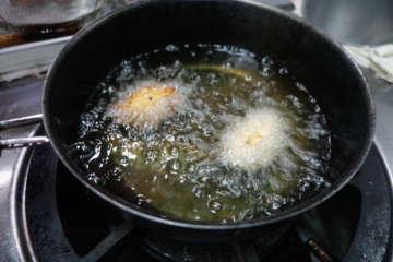 一旦冷凍したタネをシャーベット状に解凍し、小ぶりの俵状に整えて、揚げる