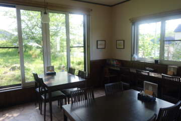 店内。天気の良い日は窓の外から岩木山を眺められる