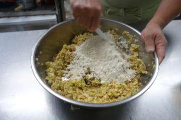 材料をよく混ぜる。野菜から出る水分を粉で調節