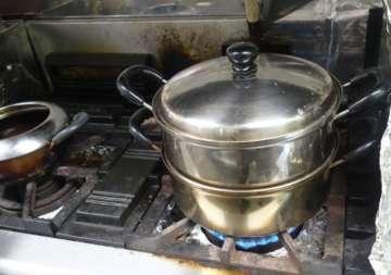 一旦、蒸し器で蒸し、ほっくりと中まで火を通す