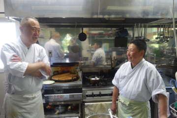 我妻さん夫妻。蕎麦好きだったご主人が蕎麦修行した後、津軽の環境に惹かれて移り住み、開業。夫婦で店を切り盛りしている