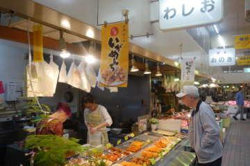 弘前駅から徒歩数分。ネーミングとはかけ離れた、中はほぼ市場である