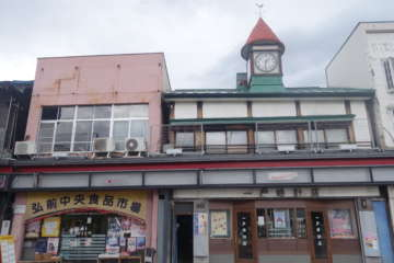 左のピンクの建物が弘前中央食品市場。入ると奥に細長く、向こう側の道路に出られる
