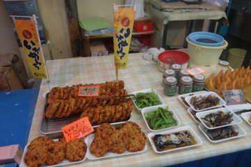 いろいろなお惣菜と一緒にいがめんちが売られている