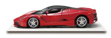 ラ・フェラーリ/フェラーリ初の市販ハイブリッドカーとして、2013年にデビューした限定車。ロー&ワイドなボディ、大きく開くエンジンフードなど、迫力ある実車の特徴を忠実に再現した。