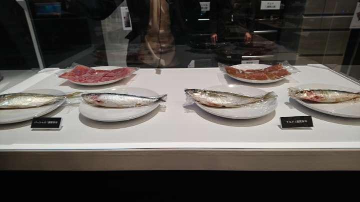 左がパーシャル1週間、右がチルド1週間保存の肉と魚。パーシャルに比べてチルドは肉の色が明らかに違うし、魚も色変化と血がにじんでいた。