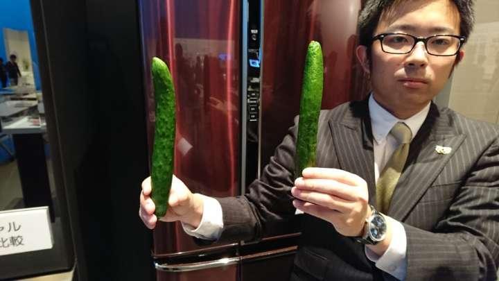 「ナノイー」搭載タイプ(PVタイプを除く)は、栄養素がアップする効果もある。冷気による低温障害も抑制するので、あの野菜がシオシオになった状態になるのを防いでくれる。野菜室ではない場所で保存した右のきゅうりはボコボコにへこみ、水分も失われていた。