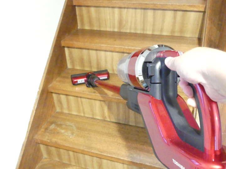 階段のようにクリーナーを持ち上げる必要がある場所で活躍。ノズルを変えればさらに軽くなる