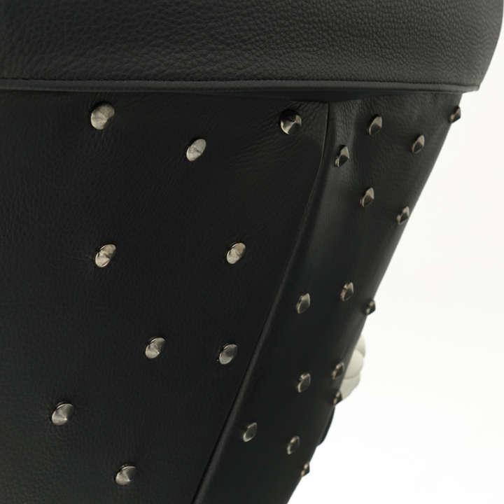 ゼットンの背中の斑点をデフォルメした鋲(びょう)は、職人の手で一つずつ取り付けられている。